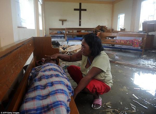 Nhìn lại những hình ảnh không thể nào quên trong siêu bão Haiyan 15
