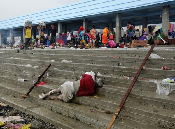 Nhìn lại những hình ảnh không thể nào quên trong siêu bão Haiyan 12