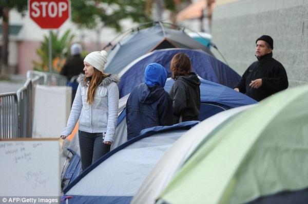 Người Mỹ dựng lều ngủ qua đêm chờ mua hàng ngày Thứ Sáu đen tối 3