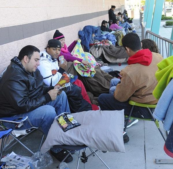 Người Mỹ dựng lều ngủ qua đêm chờ mua hàng ngày Thứ Sáu đen tối 6