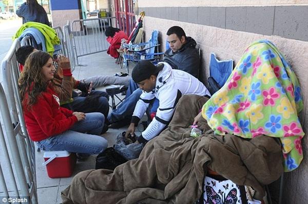 Người Mỹ dựng lều ngủ qua đêm chờ mua hàng ngày Thứ Sáu đen tối 7