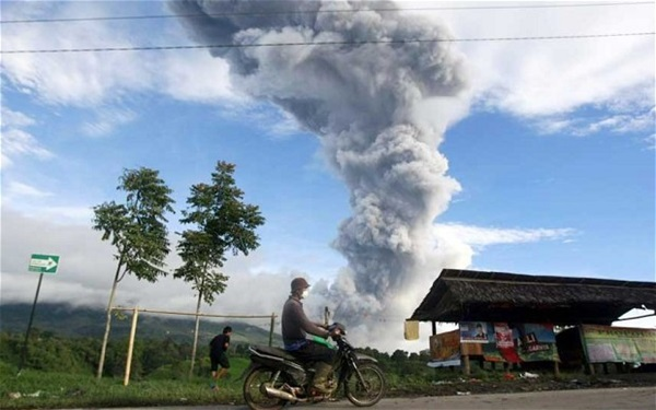 Núi lửa phun trào, hàng nghìn người sơ tán 1