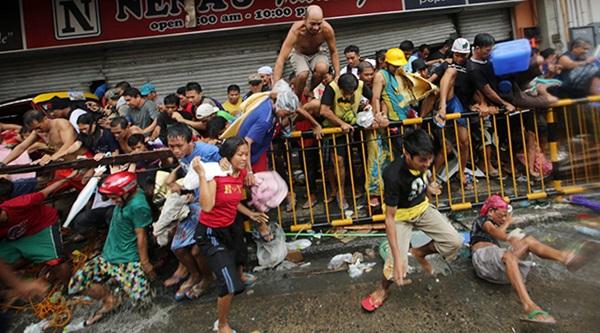 Nhìn lại những hình ảnh không thể nào quên trong siêu bão Haiyan 11