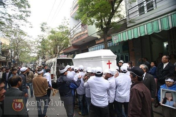 Lễ đưa tang đầy nước mắt của cô gái bị chém và thiêu sống ở Đà Nẵng 7