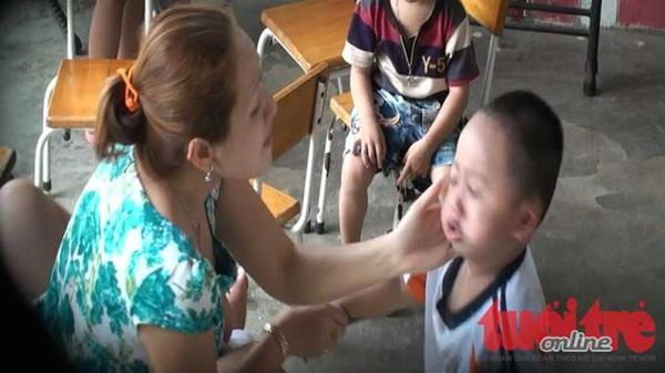 Bóp cổ, gí đầu, lấy khăn bịt mũi, tát vào mặt trẻ mầm non tại TP HCM 5