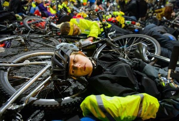 """Hơn 1.000 người đi xe đạp """"chết"""" la liệt tại trung tâm London  3"""