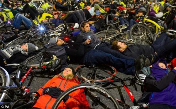 """Hơn 1.000 người đi xe đạp """"chết"""" la liệt tại trung tâm London  1"""