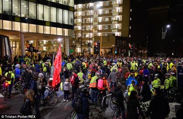 """Hơn 1.000 người đi xe đạp """"chết"""" la liệt tại trung tâm London  2"""