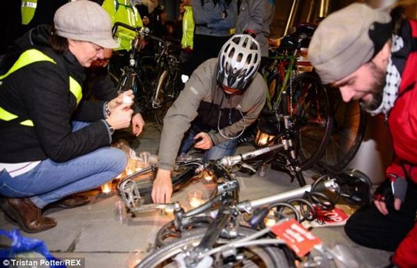 """Hơn 1.000 người đi xe đạp """"chết"""" la liệt tại trung tâm London  7"""