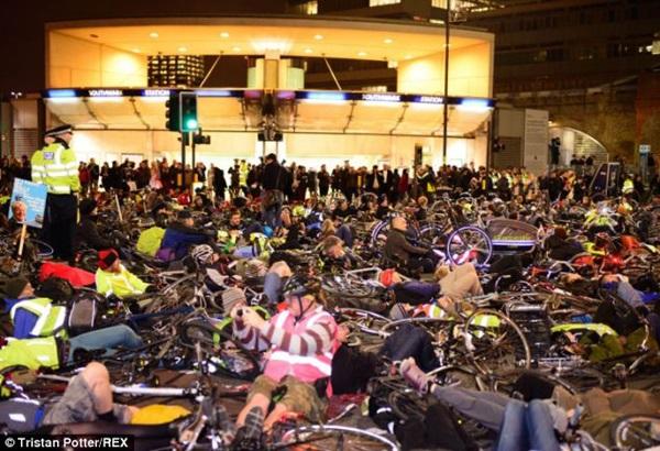 """Hơn 1.000 người đi xe đạp """"chết"""" la liệt tại trung tâm London  4"""