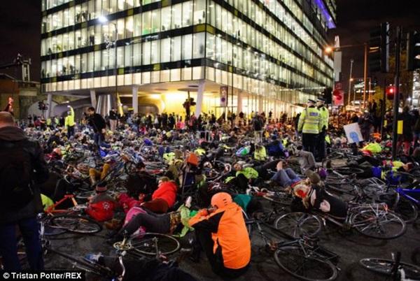 """Hơn 1.000 người đi xe đạp """"chết"""" la liệt tại trung tâm London  5"""