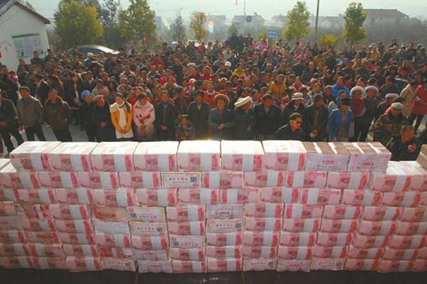 Bức tường tiền dài 2m, nặng 156kg gây xôn xao cộng đồng mạng Trung Quốc 1