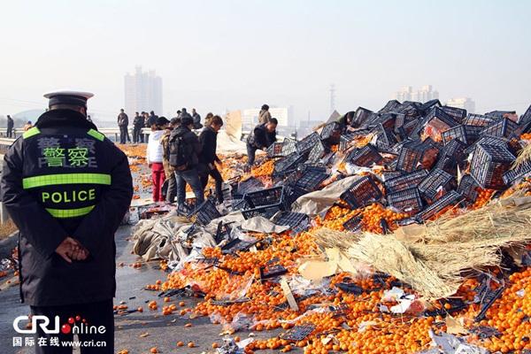 Trung Quốc: Cảnh sát dùng súng ngăn chặn người hôi của 4