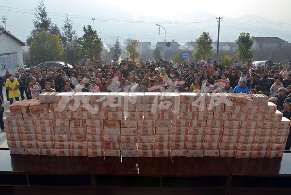 Bức tường tiền dài 2m, nặng 156kg gây xôn xao cộng đồng mạng Trung Quốc 4