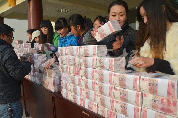 Bức tường tiền dài 2m, nặng 156kg gây xôn xao cộng đồng mạng Trung Quốc 3