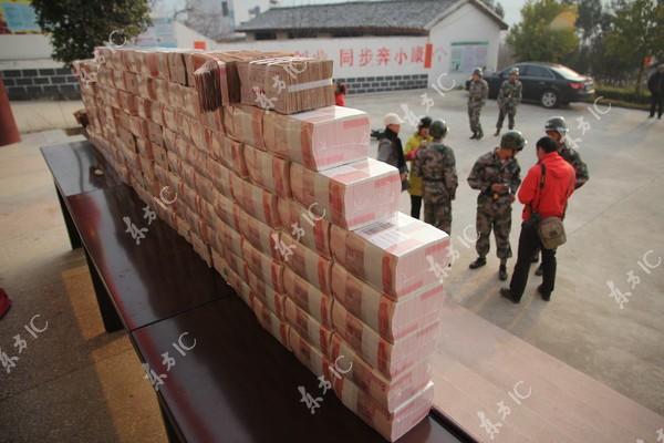 Bức tường tiền dài 2m, nặng 156kg gây xôn xao cộng đồng mạng Trung Quốc 5