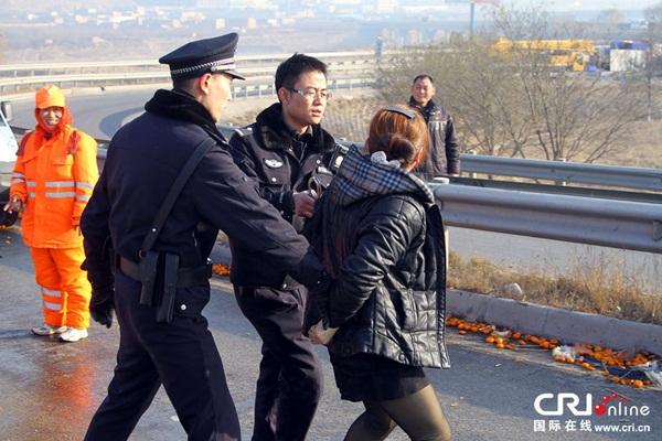 Trung Quốc: Cảnh sát dùng súng ngăn chặn người hôi của 2