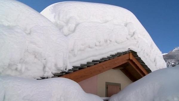 Italia: Tuyết chôn vùi cả một thị trấn 1