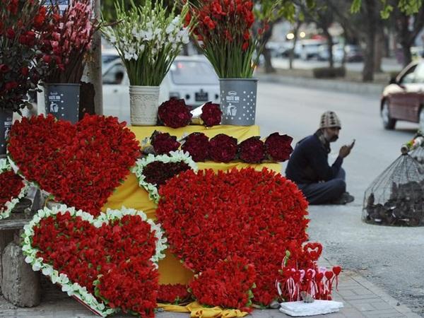 Rộn ràng ngày lễ tình nhân khắp thế giới 12