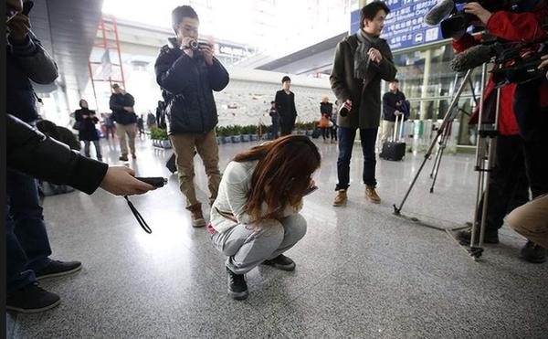 Người thân khóc ròng, vật vã ngóng tin vụ máy bay Malaysia rơi 7