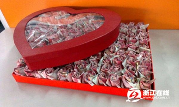 Cầu hôn bạn gái với 999 bông hồng bằng tiền có giá 700 triệu đồng 1
