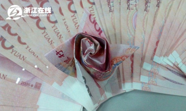 Cầu hôn bạn gái với 999 bông hồng bằng tiền có giá 700 triệu đồng 2