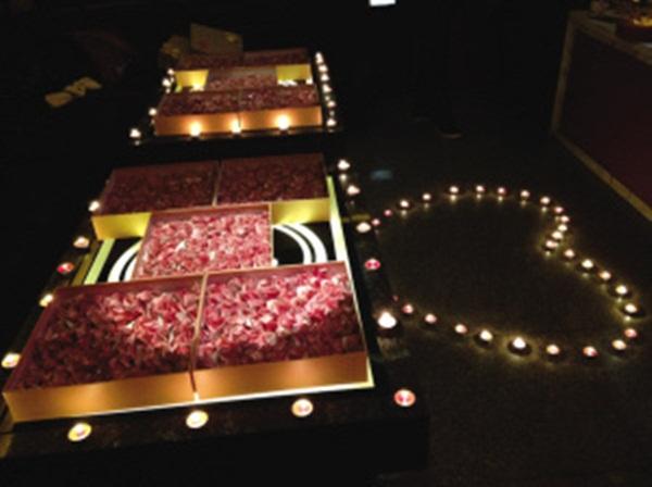 Cầu hôn bạn gái với 999 bông hồng bằng tiền có giá 700 triệu đồng 5