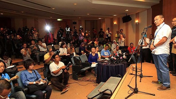Người thân khóc ròng, vật vã ngóng tin vụ máy bay Malaysia rơi 3