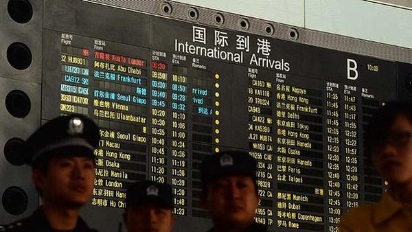 Người thân khóc ròng, vật vã ngóng tin vụ máy bay Malaysia rơi 2