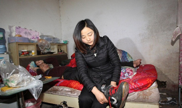 Cô gái trẻ ký hợp đồng 3 năm với cha mẹ ruột để chăm sóc bạn trai bại liệt 1