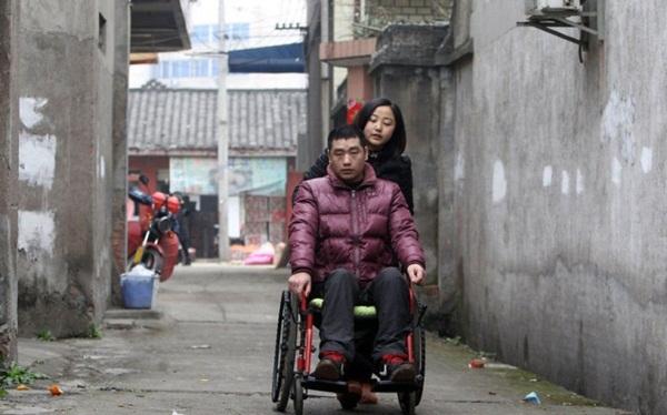 Cô gái trẻ ký hợp đồng 3 năm với cha mẹ ruột để chăm sóc bạn trai bại liệt 2