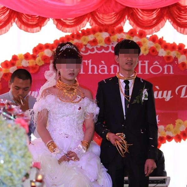Cô dâu chú rể đeo đầy vàng trong đám cưới ở Hà Tĩnh  1
