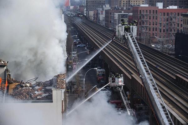 Nổ lớn ở chung cư New York, nhiều người bị hất văng ra ngoài cửa 2