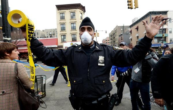 Nổ lớn ở chung cư New York, nhiều người bị hất văng ra ngoài cửa 4