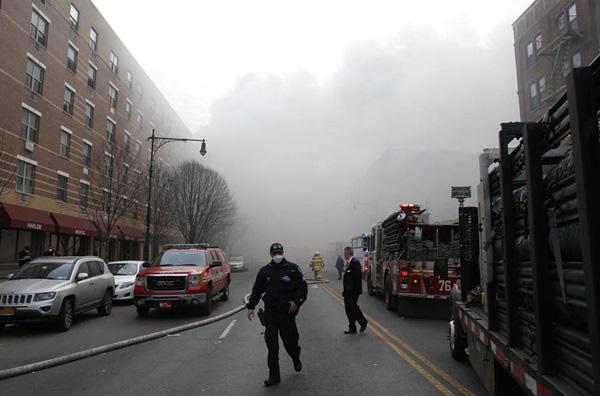 Nổ lớn ở chung cư New York, nhiều người bị hất văng ra ngoài cửa 5