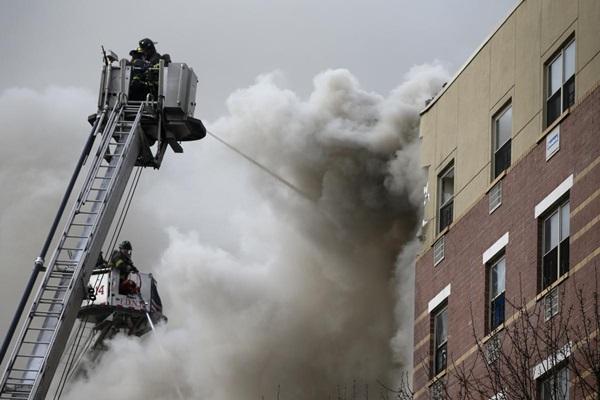 Nổ lớn ở chung cư New York, nhiều người bị hất văng ra ngoài cửa 6