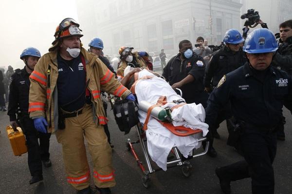 Nổ lớn ở chung cư New York, nhiều người bị hất văng ra ngoài cửa 7