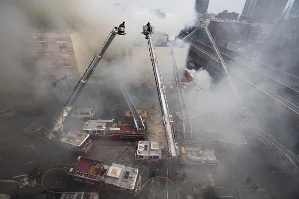 Nổ lớn ở chung cư New York, nhiều người bị hất văng ra ngoài cửa 13