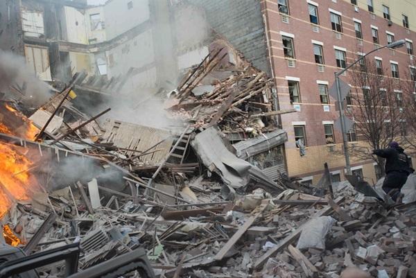 Nổ lớn ở chung cư New York, nhiều người bị hất văng ra ngoài cửa 17