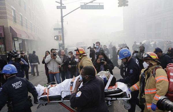 Nổ lớn ở chung cư New York, nhiều người bị hất văng ra ngoài cửa 18