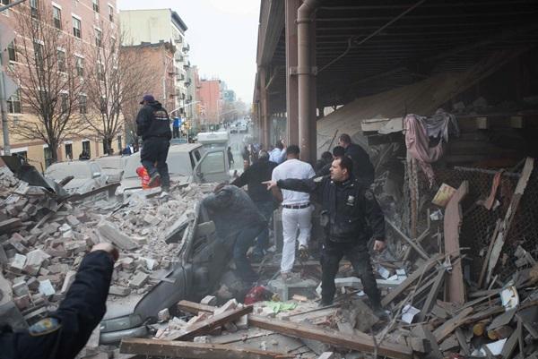 Nổ lớn ở chung cư New York, nhiều người bị hất văng ra ngoài cửa 19