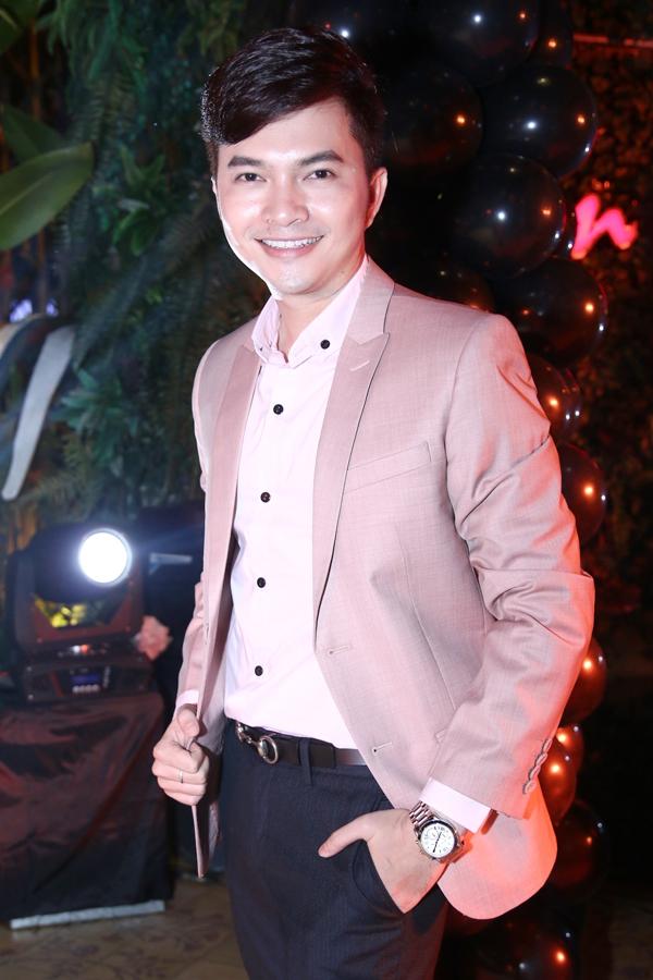 """Hà Hồ """"cực manly"""" trong tiệc mừng chiến thắng của Giang Hồng Ngọc 8"""
