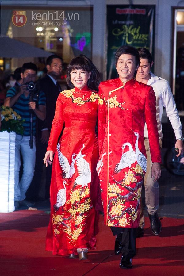 """Hoài Linh, Việt Hương """"đại náo thảm đỏ"""" bằng cặp áo dài độc đáo 1"""