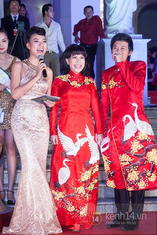 """Hoài Linh, Việt Hương """"đại náo thảm đỏ"""" bằng cặp áo dài độc đáo 3"""