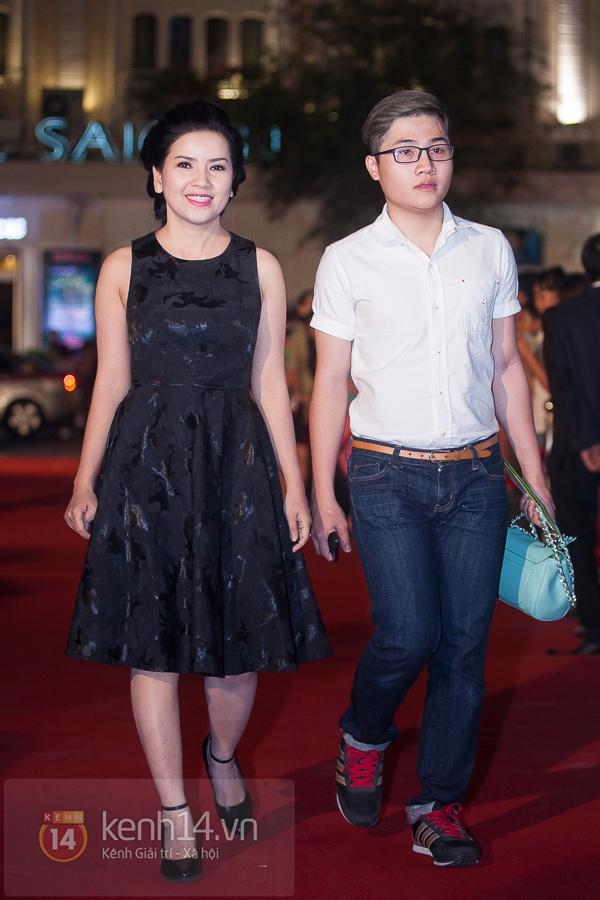 """Hoài Linh, Việt Hương """"đại náo thảm đỏ"""" bằng cặp áo dài độc đáo 17"""