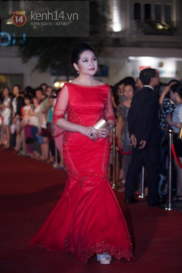 """Hoài Linh, Việt Hương """"đại náo thảm đỏ"""" bằng cặp áo dài độc đáo 9"""