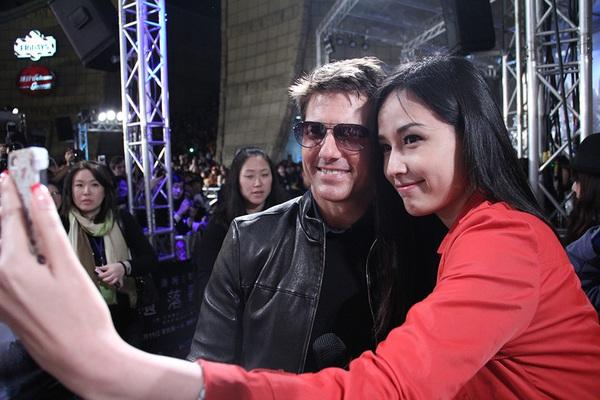 """Mai Phương Thúy """"liếc mắt đưa tình"""" với Tom Cruise 2"""