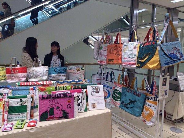 Bao bì cám con cò Việt Nam thành túi thời trang trên đường phố Nhật 2