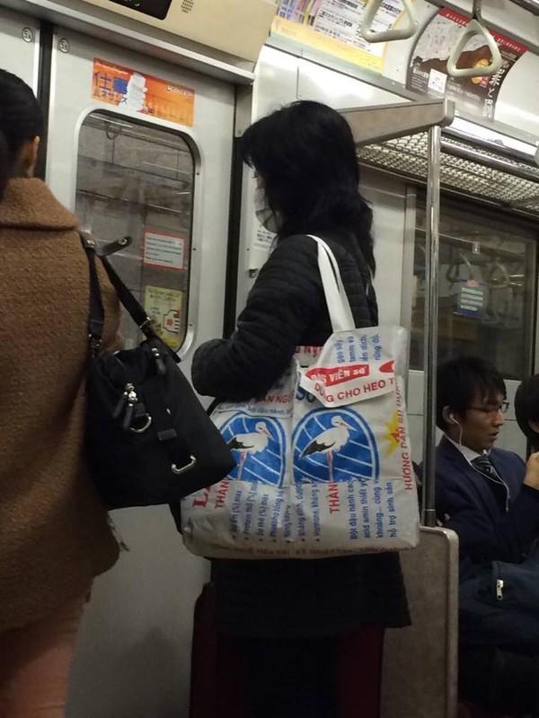 Bao bì cám con cò Việt Nam thành túi thời trang trên đường phố Nhật 5