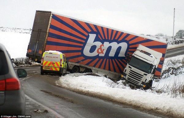 """Chùm ảnh: Nước Anh """"tê liệt"""" do bão tuyết trong mùa đông lạnh kỷ lục 6"""